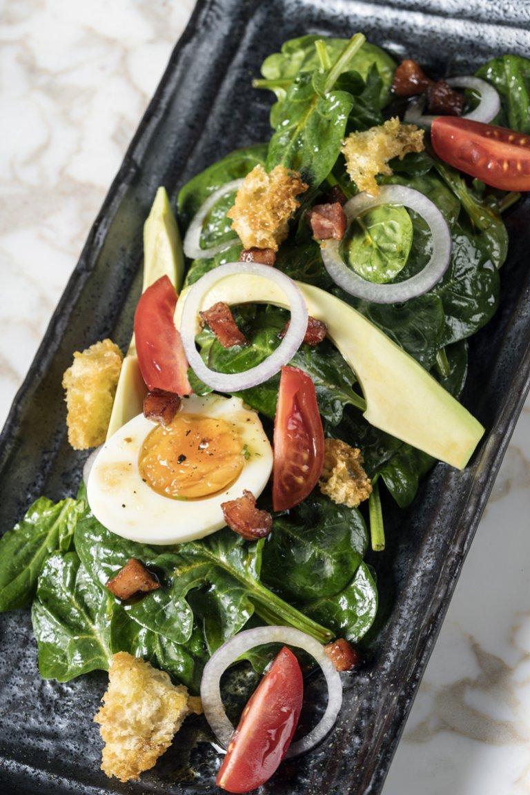 Σαλάτα με σπανάκι και ζεστή βινεγκρέτ μπέικον