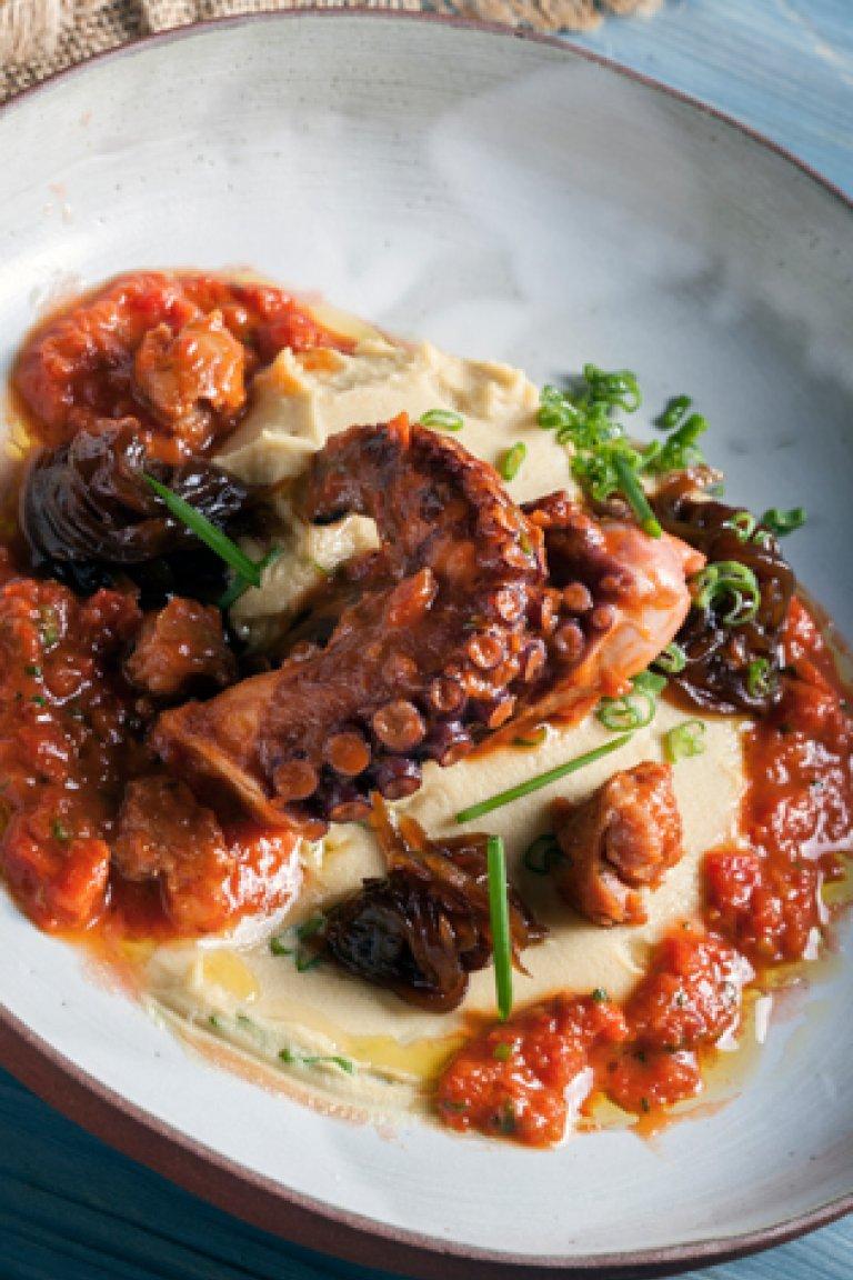Χταπόδι μαγειρευτό με καραμελωμένα κρεμμύδια και φάβα