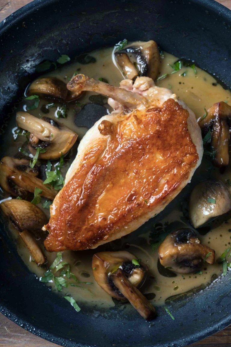 Στήθος κοτόπουλο με μανιτάρια, λευκό κρασί και θυμάρι