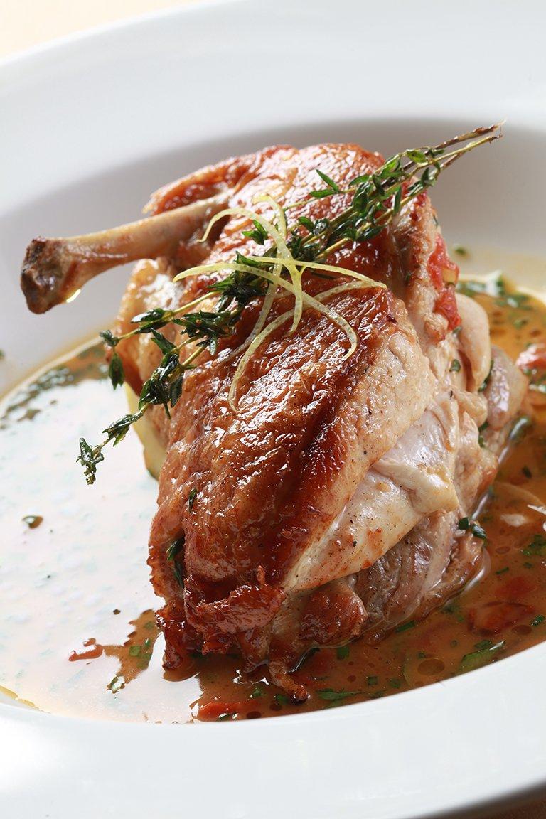 Κοτόπουλο σοτέ με σάλτσα λεμόνι, ψητό σκόρδο και θυμάρι