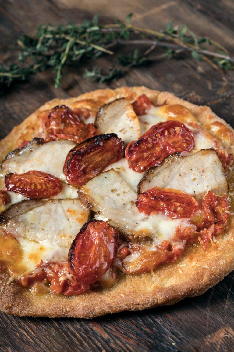 Πίτα-Πίτσα με ψητή ντομάτα, γραβιέρα και απάκι