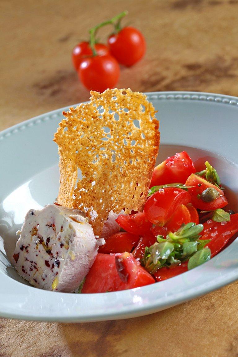 Σαλάτα με ντομάτες, αντράκλα, ελιότυρο και βασιλικό
