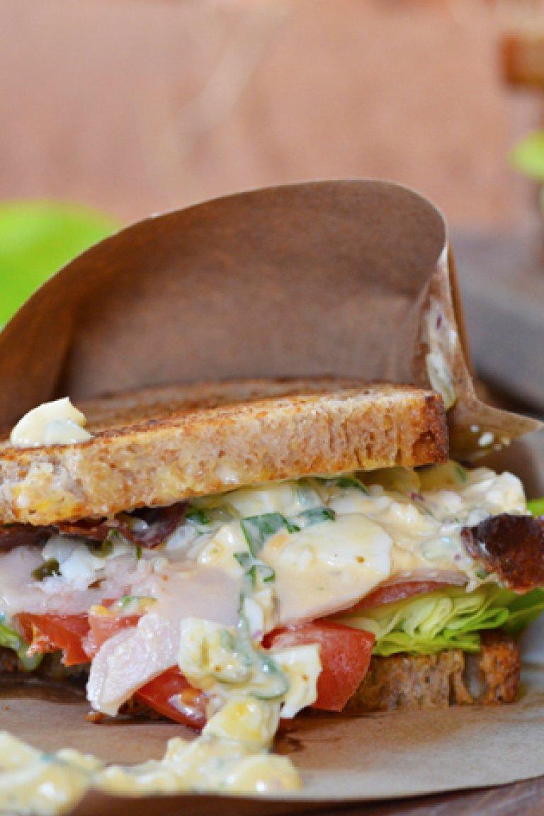 Σάντουιτς με αυγοσαλάτα, πράσινη πιπεριά και μαϊντανό