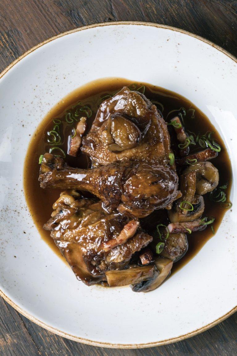 Κοτόπουλο με σόγια, μπέικον και κάστανα