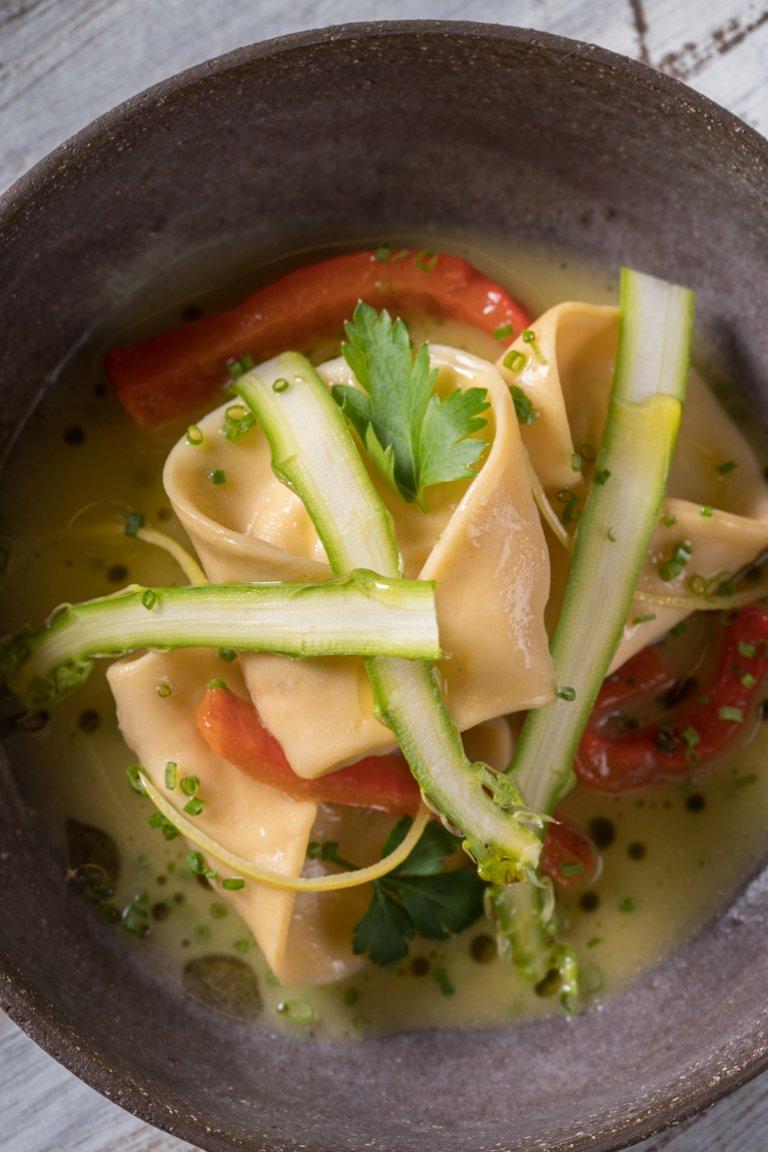 Τορτελίνι με σολομό, σπαράγγια και λεμόνι