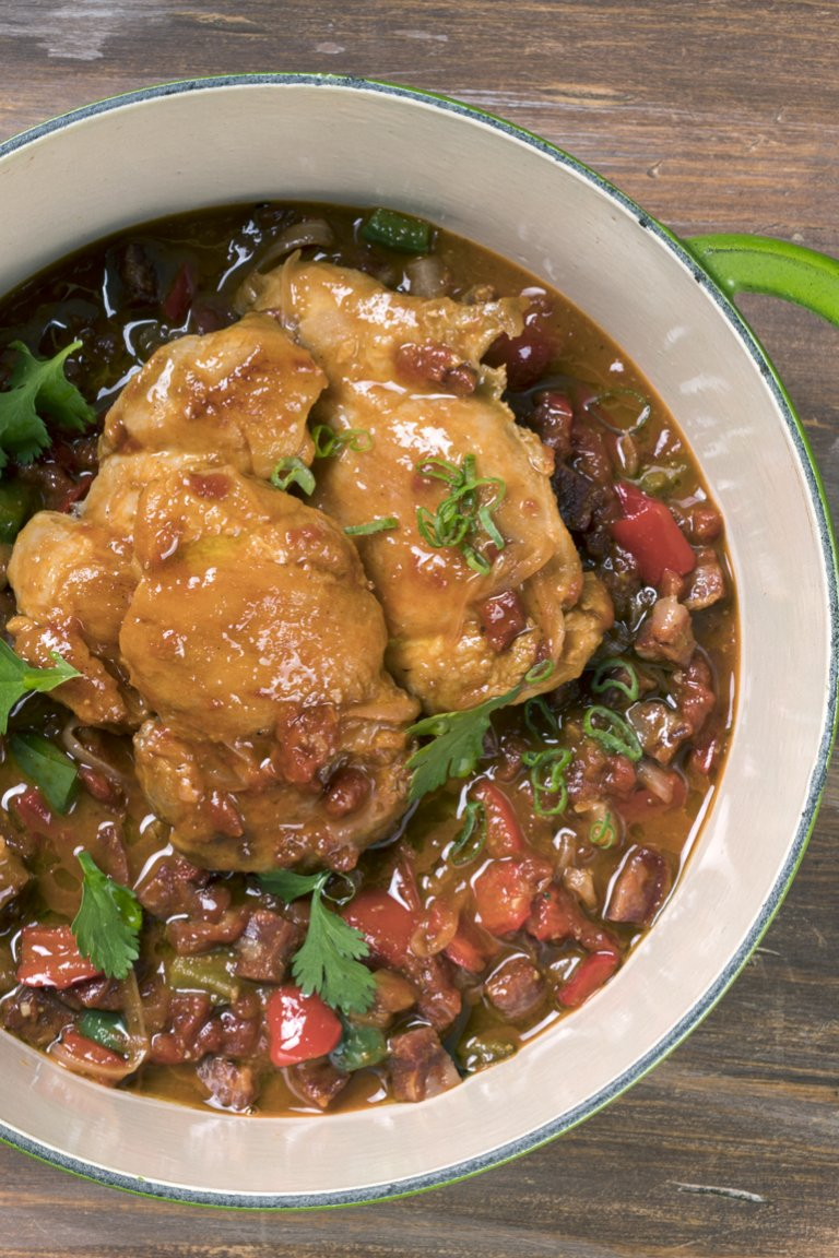 Κοτόπουλο με τσορίζο, ντομάτα και φρέσκο κόλιανδρο