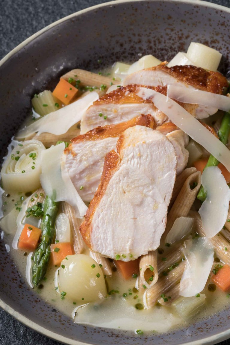 Κοτόπουλο ποσέ με λαχανικά και πένες
