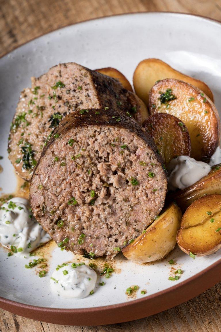 Ρολό κιμά στον φούρνο με γαλλικές πατάτες σοτέ και δροσερή σάλτσα γιαουρτιού