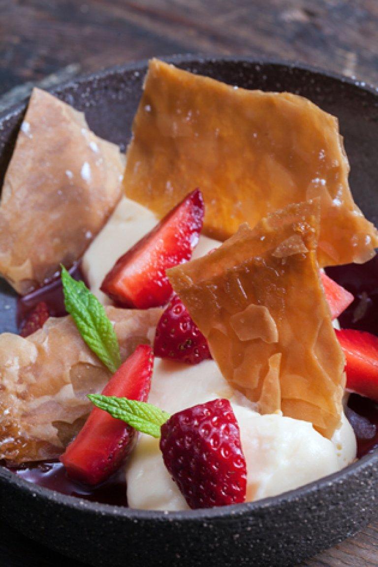 Μαριναρισμένες φράουλες με κρέμα βανίλιας και καραμελωμένο φύλλο κρούστας