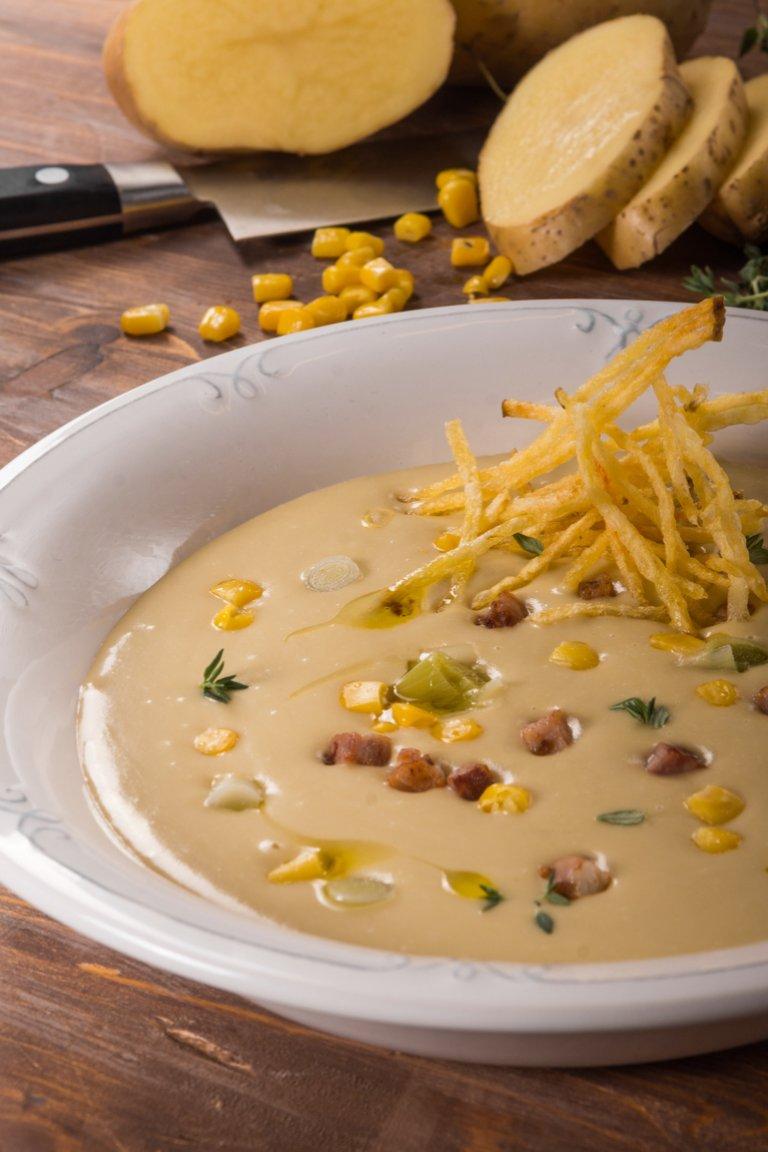 Σούπα με πατάτα, πράσο, γλυκό καλαμπόκι και μπέικον