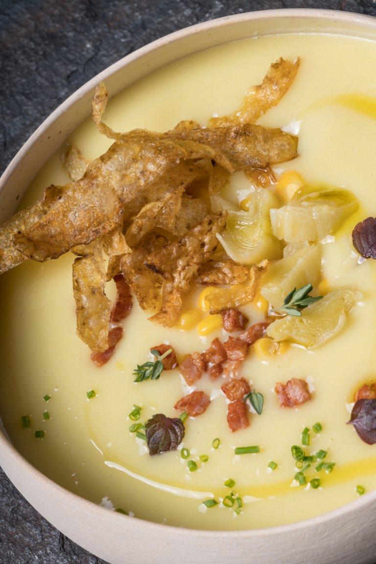 Σούπα με πατάτα, πράσο, καλαμπόκι και μπέικον