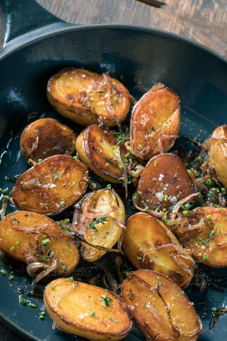 Πατάτες σοτέ με καραμελωμένα κρεμμύδια