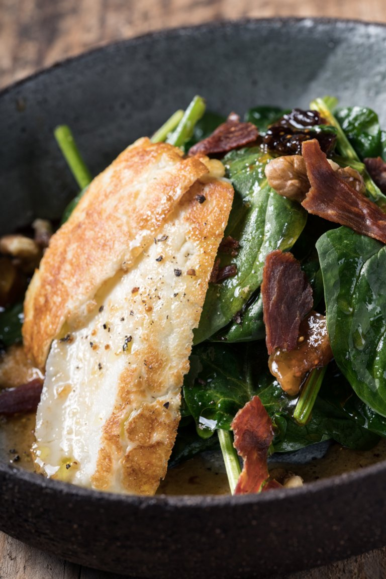 Σαλάτα σπανάκι με χαλούμι και σάλτσα από αποξηραμένα φρούτα