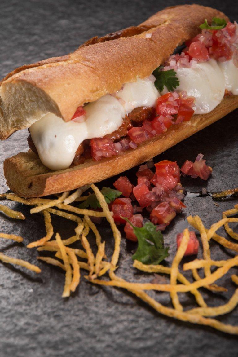 Σάντουιτς με κεφτεδάκια κοκκινιστά και μοτσαρέλα