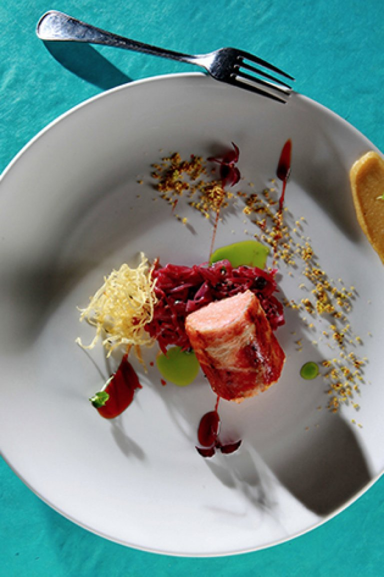 Σολομός τυλιγμένος με μπέικον, κόκκινο λάχανο μπρεζέ, πουρές μήλου και σιρόπι Port