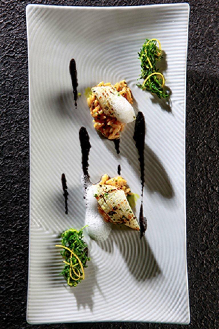Καλαμάρι σχάρας με κριθαράκι, σάλτσα από μελάνι σουπιάς και σαλάτα αλμύρα