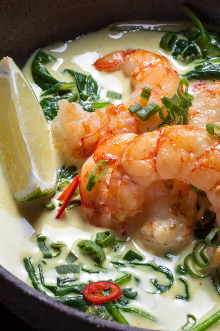 Shrimp curry with coconut milk, spinach and lime