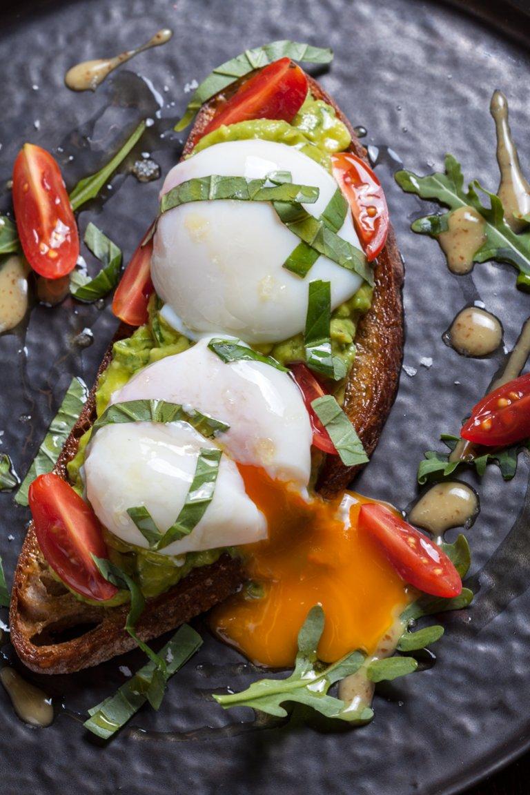 Μπρουσκέτα αβοκάντο, ντοματίνια και αυγό