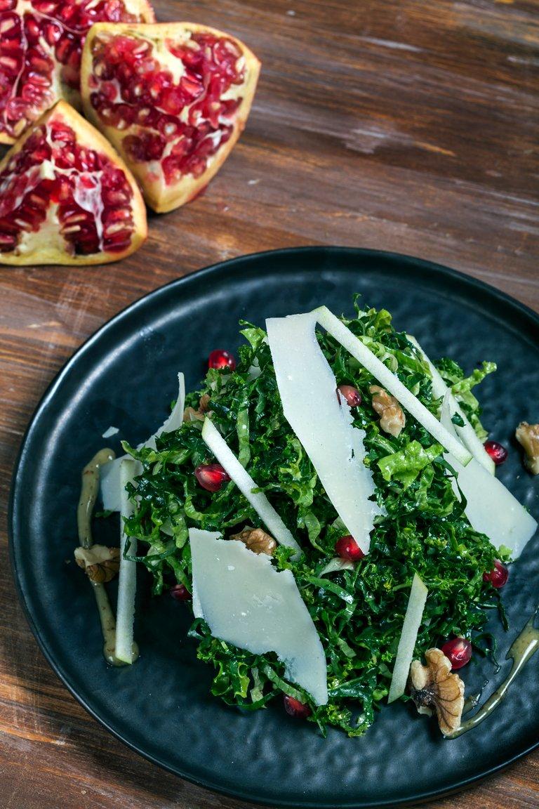 Σαλάτα με kale, ρόδι, καρύδια, Αρσενικό Νάξου και βινεγκρέτ με μέλι και μουστάρδα