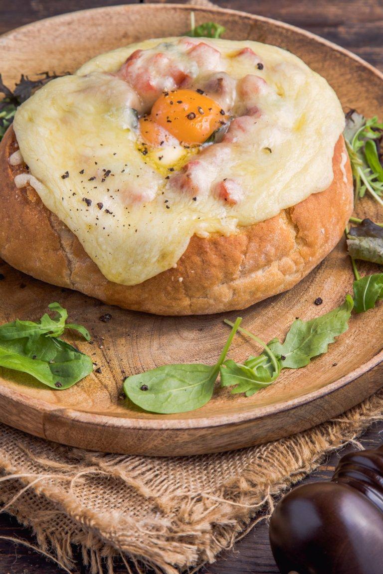 Γεμιστό ψωμί με λουκάνικα και μελάτο κρόκο