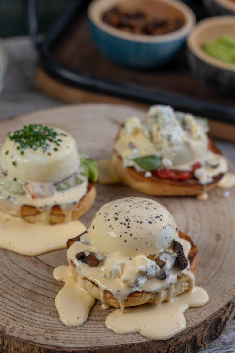 Αυγά μπένεντικτ με ντιπ αβοκάντο και καπνιστό σολομό