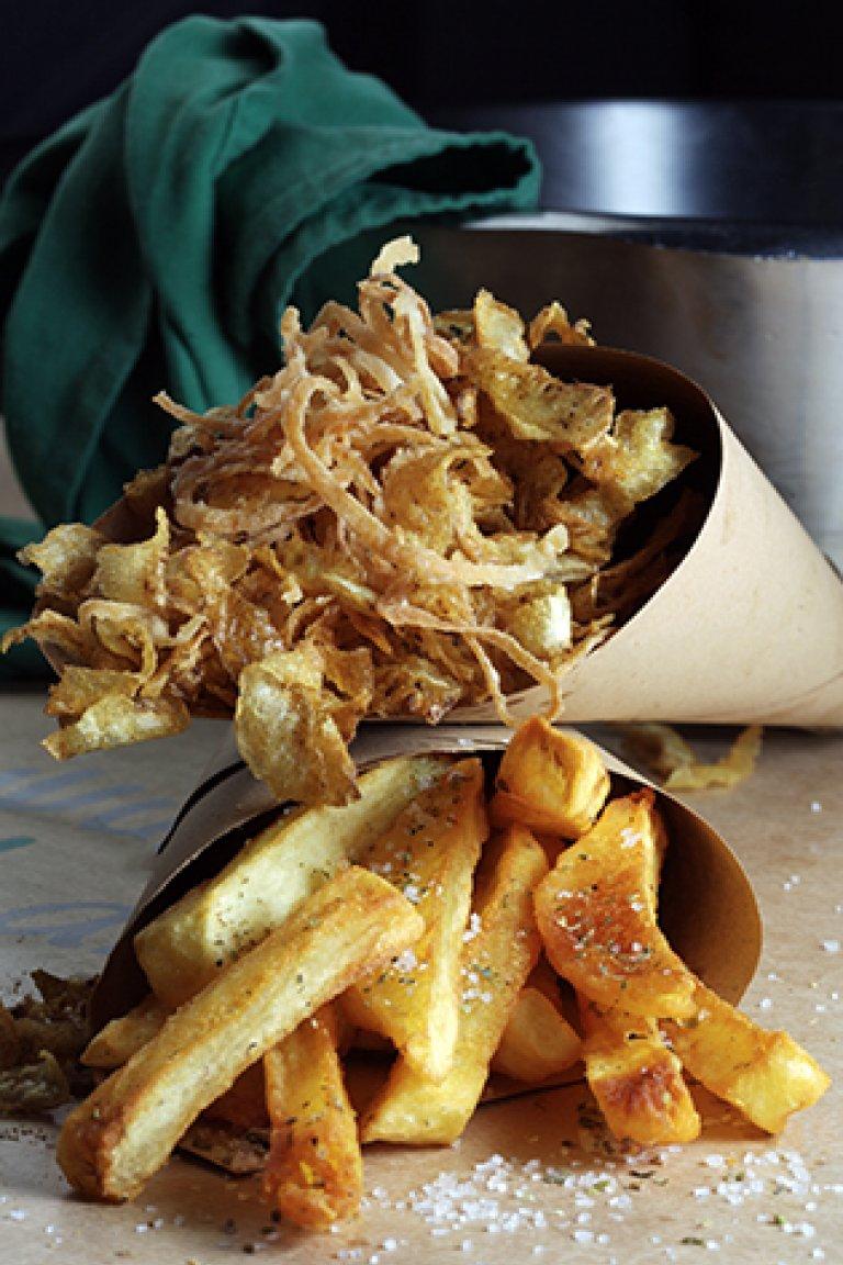 Φρέσκες  πατάτες τηγανητές χοντροκομμένες στο χέρι