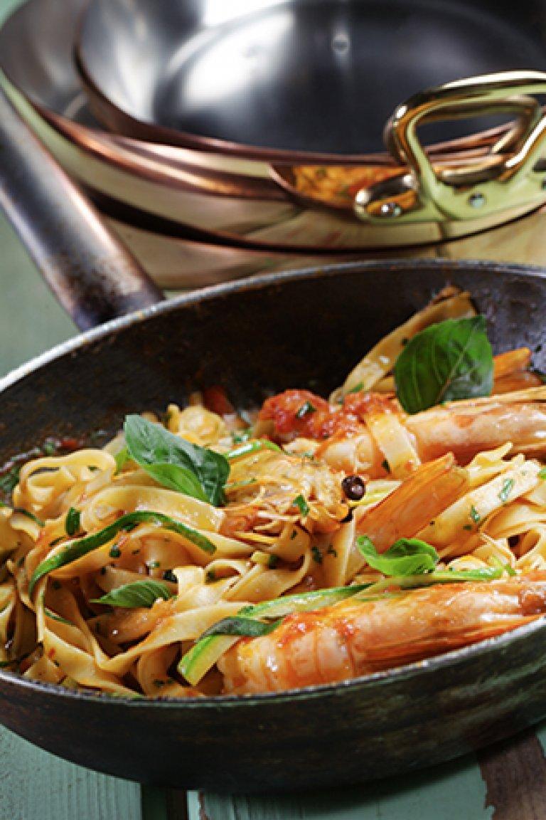 Ταλιατέλες με γαρίδες, σάλτσα ντομάτα και βασιλικό