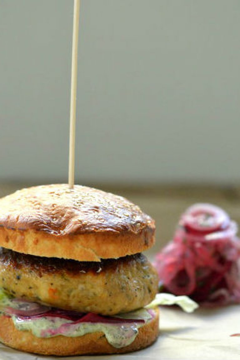 Burger μπακαλιάρου με μαγιονέζα και παντζάρι τουρσί