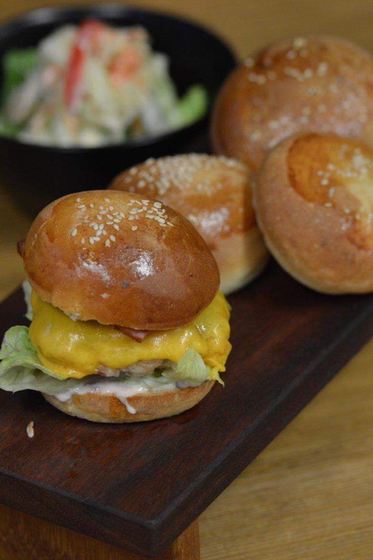 Burger γαλοπούλα μπέικον, τσένταρ & σάλτσα κράνμπερι