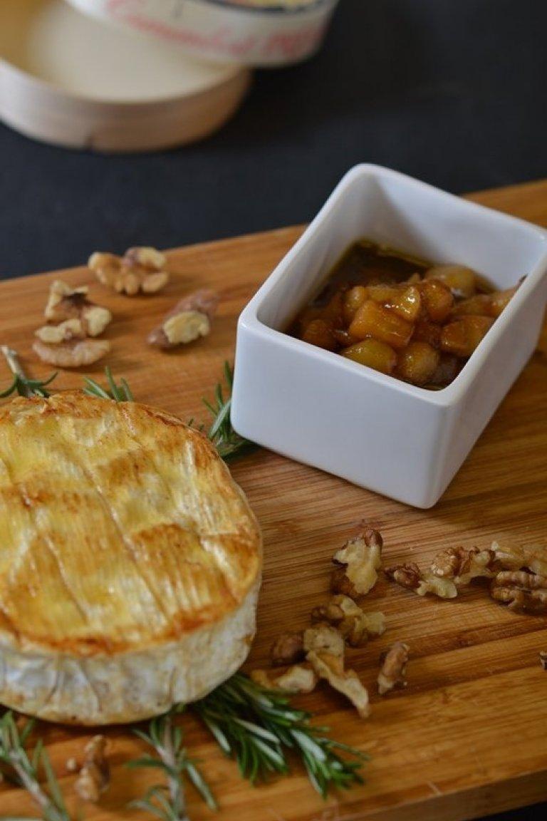 Καμαμπέρ με σάλτσα καραμελωμένου αχλαδιού