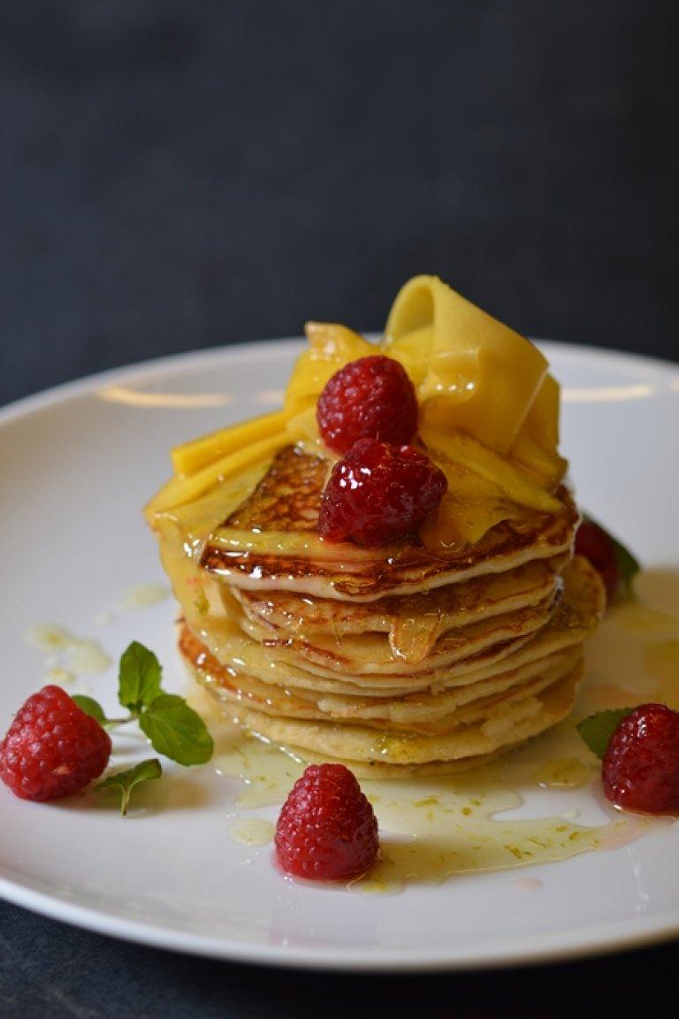 Pancakes καρύδας με μάγκο και σιρόπι λάιμ
