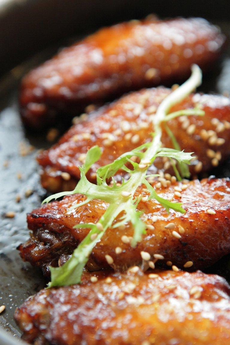 Φτερούγες κοτόπουλου με σάλτσα μπάρμπεκιου και ντιπ ροκφόρ