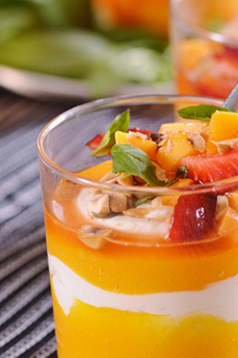 Γιαούρτι με κρέμα από μάγκο και μαριναρισμένα φρούτα