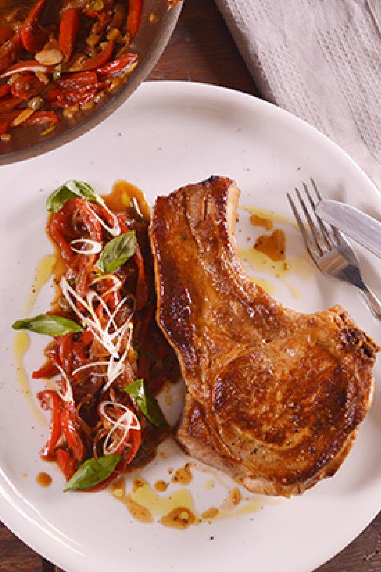 Χοιρινές μπριζόλες στο τηγάνι με σάλτσα από γλυκές πιπεριές
