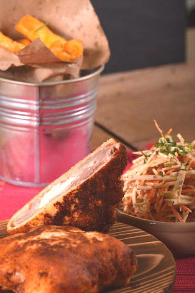 Χοιρινό σνίτσελ με προσούτο και μοτσαρέλα και σαλάτα σελινόριζας