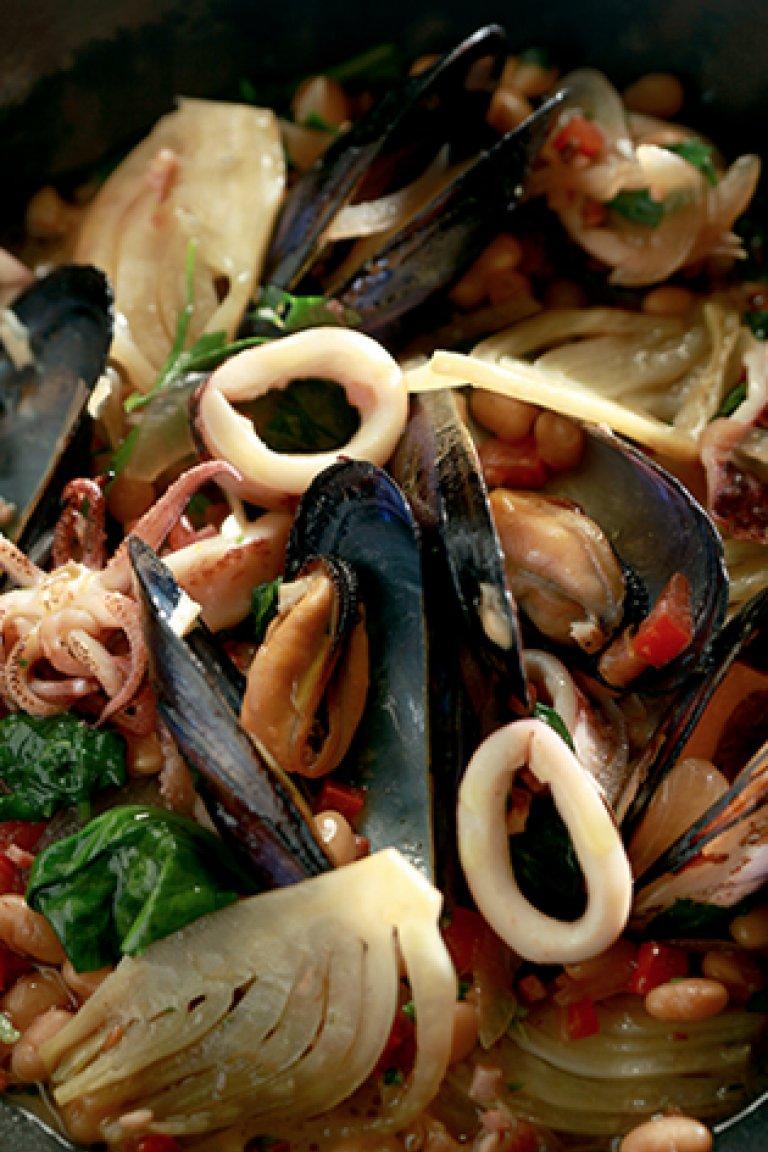 Καλαμάρι σοτέ με μύδια, φασόλια, σπανάκι και μπέικον