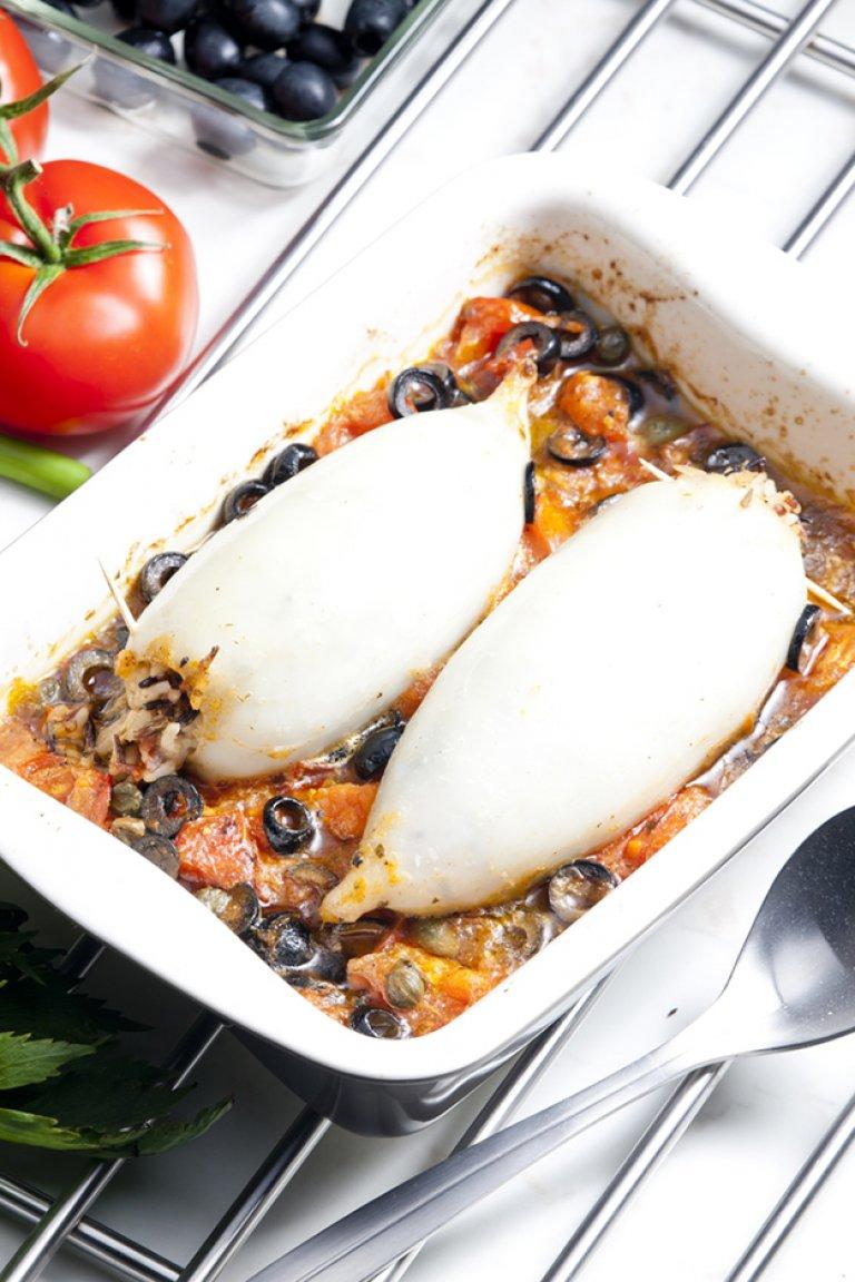 Καλαμάρια γεμιστά με πλιγούρι, σάλτσα ντομάτα, ελιές και κάππαρη