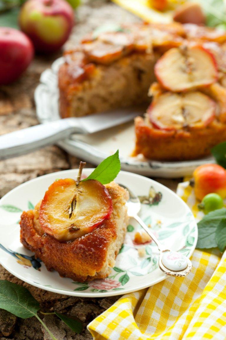 Κέικ μήλου με σταφίδες και παγωτό καραμέλα
