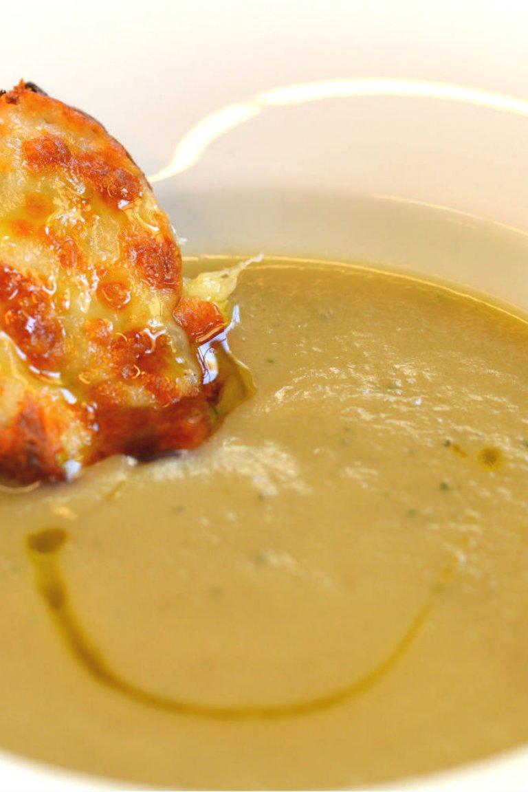 Κρεμμυδόσουπα βελουτέ & φουρνιστή μπρουσκέτα με τυριά
