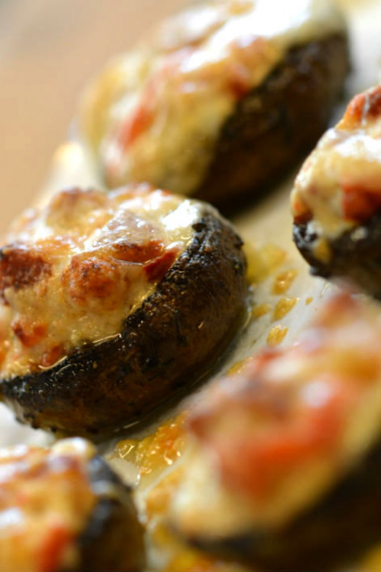 Μανιτάρια γεμιστά με λουκάνικο και γλυκές πιπεριές