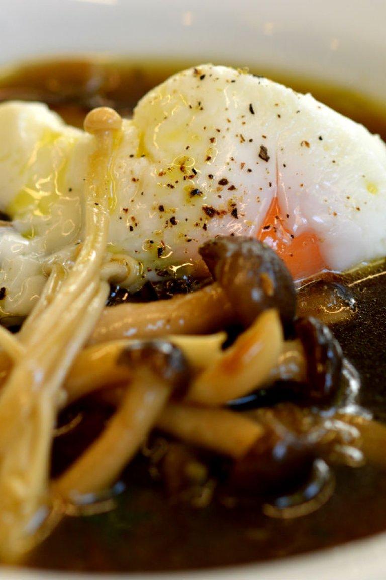 Μανιταρόσουπα, με ποικιλία μανιταριών και αβγό ποσέ