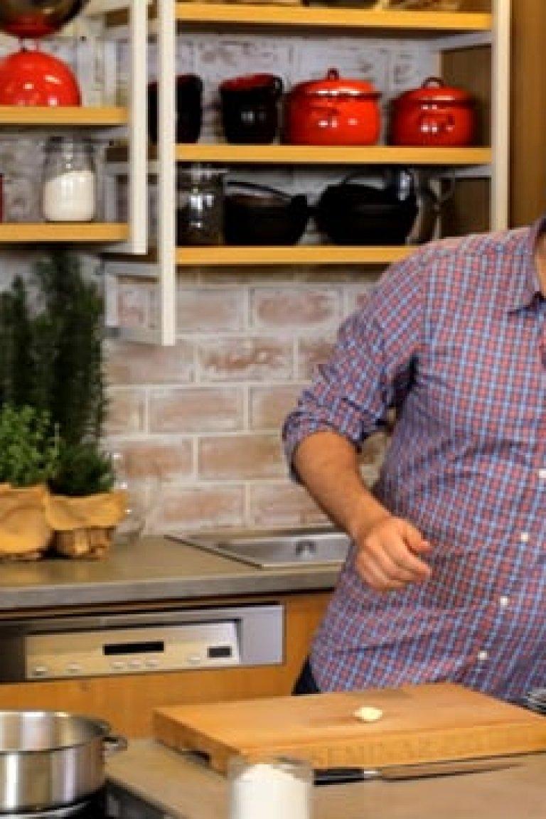 Παπαρδέλες με τόνο, σάλτσα ντομάτα, κάπαρη, πράσινες ελιές και σταφίδες