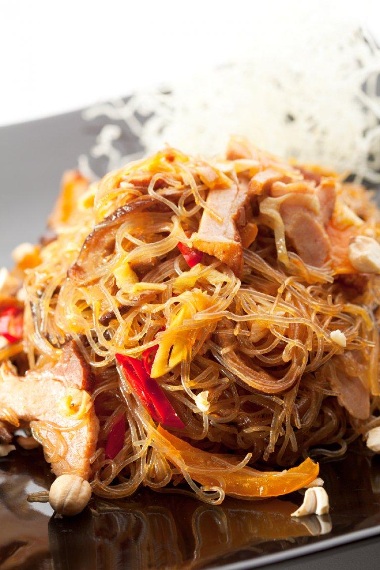 Νουντλς με κοτόπουλο σοτέ, λαχανικά και σάλτσα με κύμινο, λέμονγκρας και τσίλι