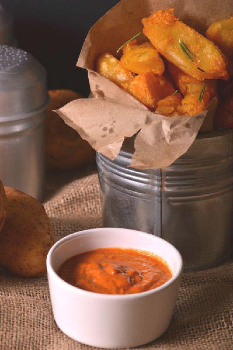 Τραγανές πατάτες φούρνου με σάλτσα από ψητές πιπεριές