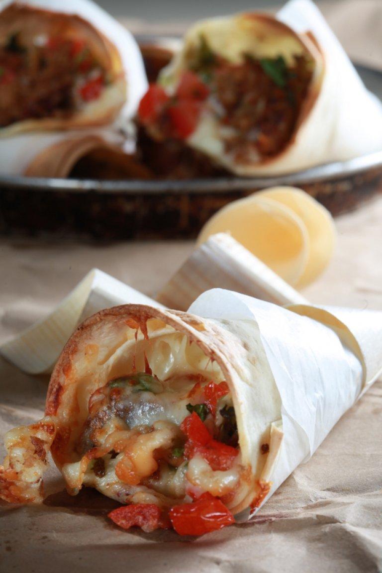 Πιτάκι τυλιχτό με μελωμένο χοιρινό, γραβιέρα Κρήτης και ντομάτα