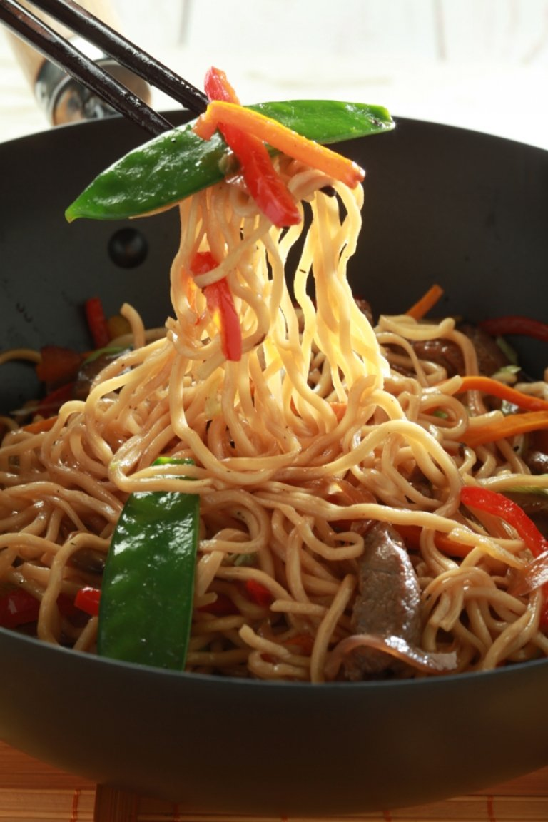 Stir-fried noodles with beef, vegetables and soy sauce