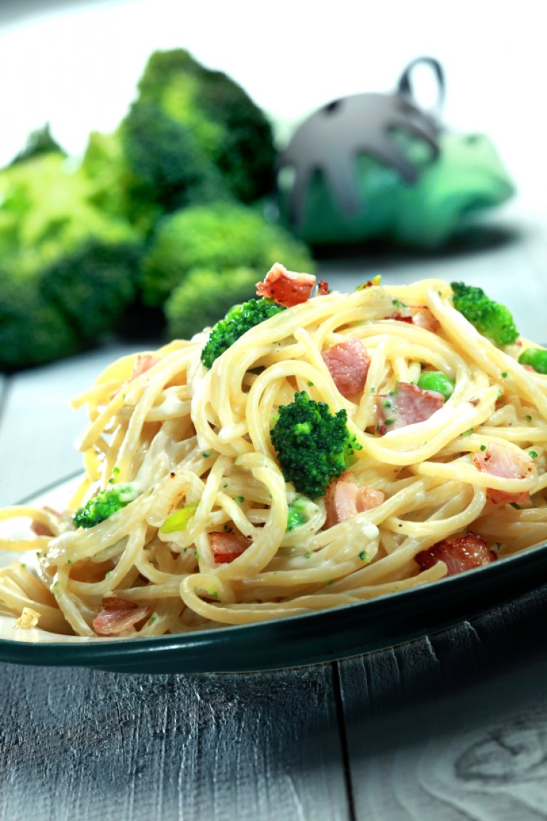 Spaghetti with carbonara sauce and peas