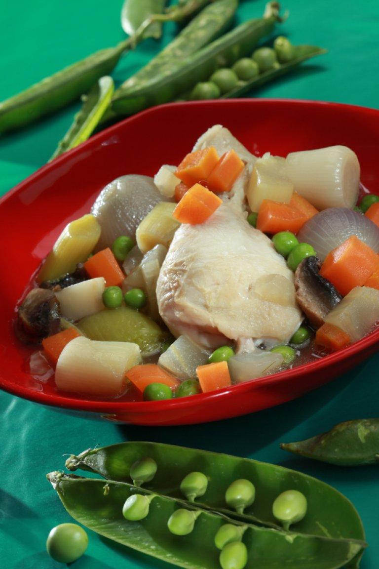 Κοτόπουλο στην κατσαρόλα με λαχανικά και τον ζωμό του