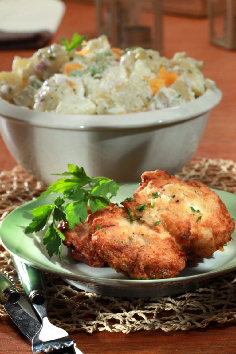 Τηγανητό κοτόπουλο με πατατοσαλάτα