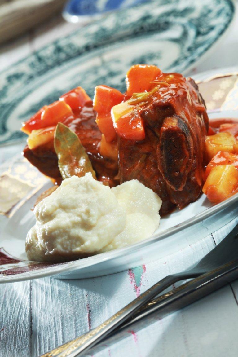 Shortribs με λαχανικά και πουρέ σελινόριζας